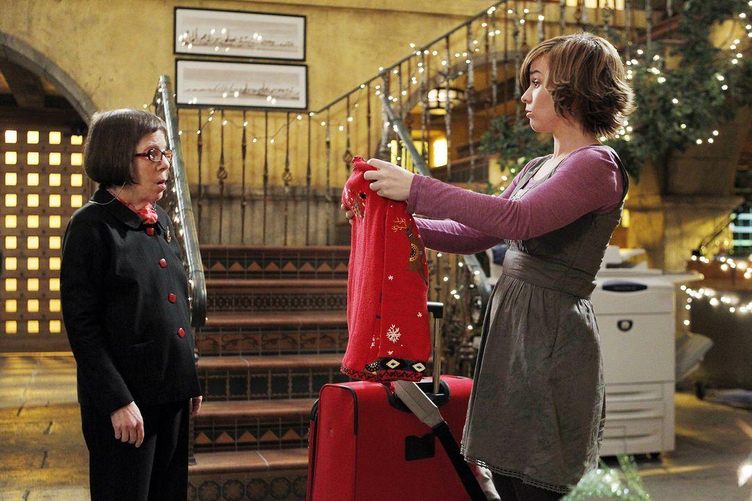 Nell Jones (Renée Felice Smith, r.) ist von ihrem Geschenk von Hetty (Linda Hunt, l.) alles andere als begeistert ... - Bildquelle: CBS Studios Inc. All Rights Reserved.