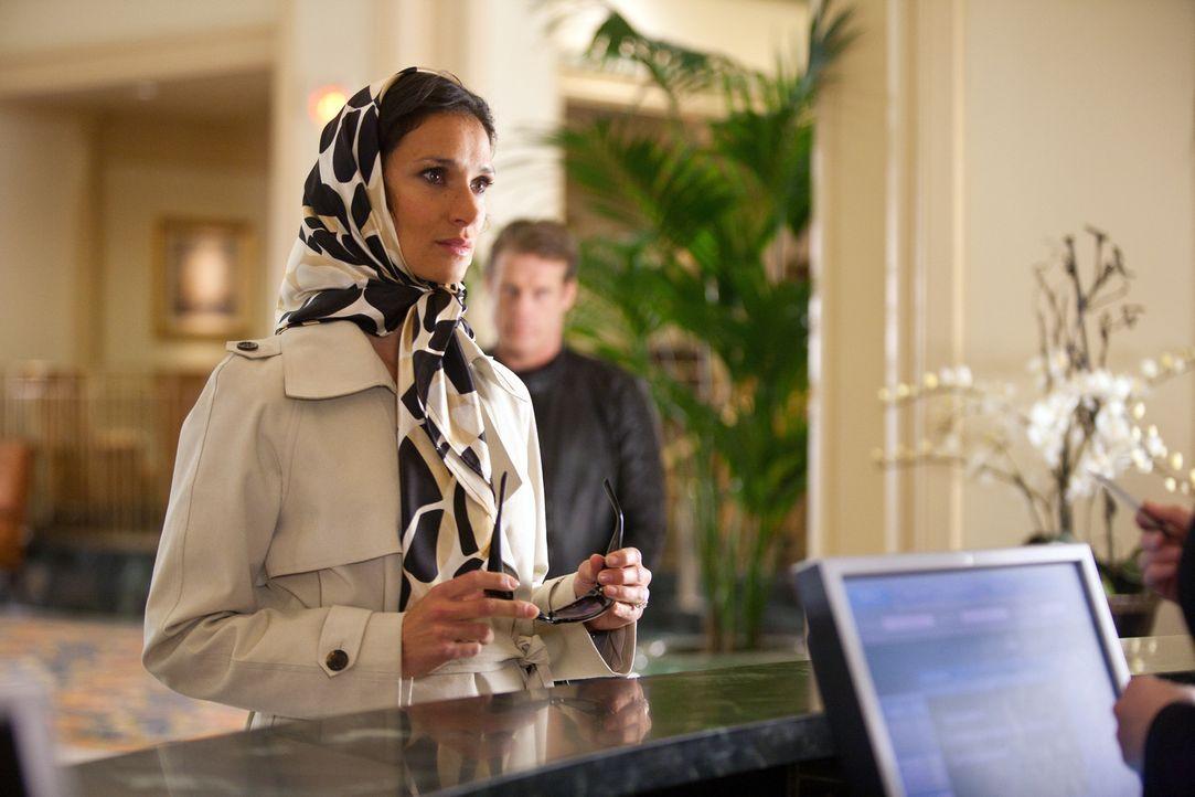 Während sich Ilsa (Indira Varma) in das Stammzimmer eincheckt, setzt Ames die Verfolger auf eine falsche Fährte ... - Bildquelle: 2011  Warner Bros.