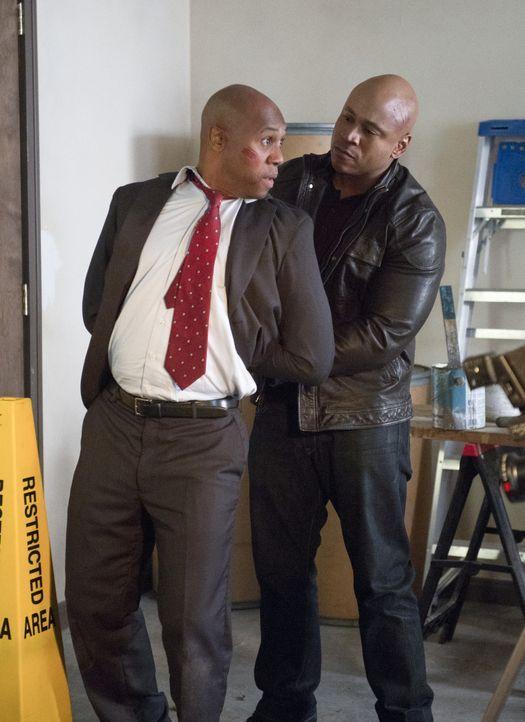 Ist Agent John Stone (Derek Webster, l.) der lange gesuchte Maulwurf? Sam (LL Cool J, r.) versucht, es herauszufinden ... - Bildquelle: CBS Studios Inc. All Rights Reserved.