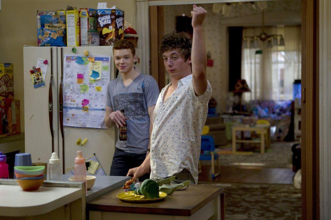 Aufgrund Debbies Ausschlag macht sich Fiona auch Sorgen um ihre jüngeren Brüder Ian (Cameron Monaghan, l.) und Lip (Jeremy Allen White, r.) ... - Bildquelle: 2010 Warner Brothers