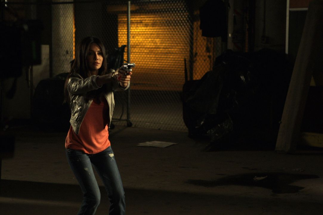In einem Lagerhaus wird Kim (Vanessa Marcil) von Danny und Martin gestellt. Sie weigert sich jedoch, die Waffe herunter zu nehmen, was fatale Folgen... - Bildquelle: Warner Bros. Entertainment Inc.