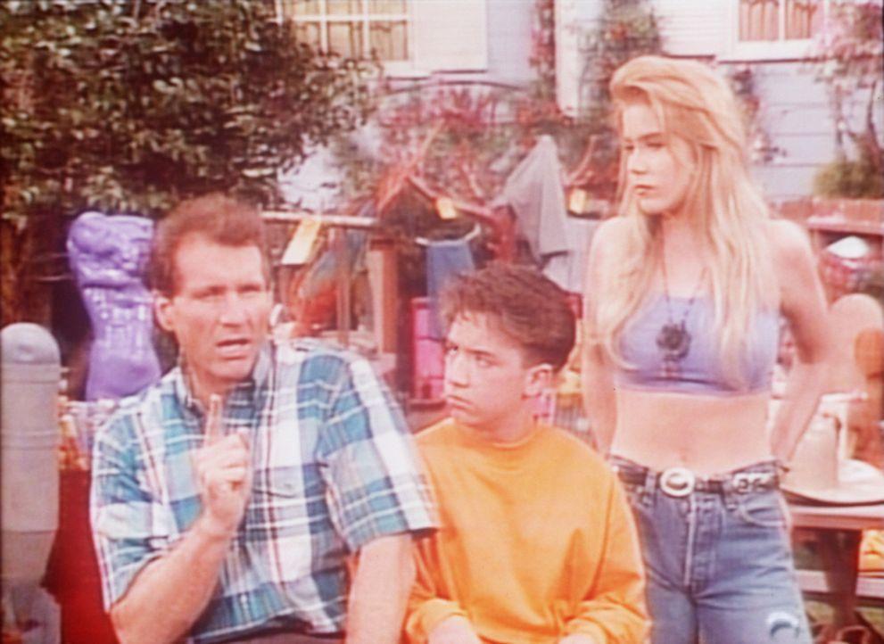 Bud (David Faustino, M.), Kelly (Christina Applegate, r.) und Al (Ed O'Neill, l.) sind schlecht gelaunt, weil ihr Flohmarkt ein Misserfolg ist. - Bildquelle: Columbia Pictures