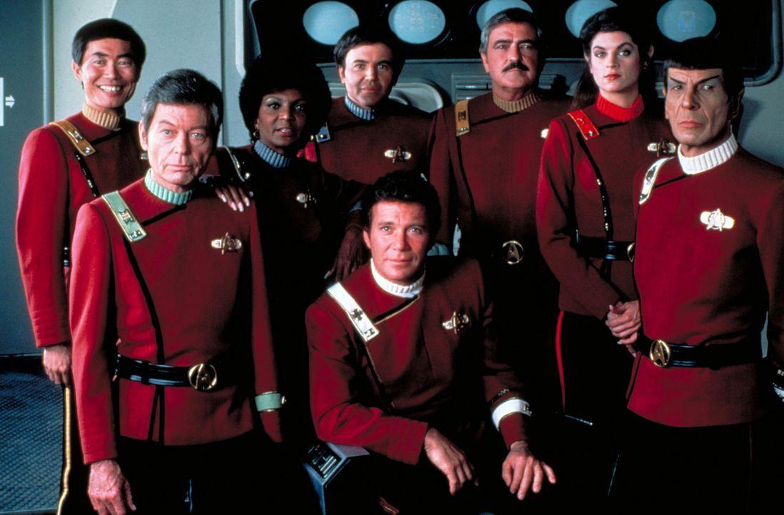 Die Crew der Enterprise: (hinten v.l.n.r.) Cmdr. Sulu (George Takei), Cmdr. McCoy (DeForest Kelley), Cmdr. Uhura (Nichelle Nichols), Cmdr. Chekov (W... - Bildquelle: Paramount Pictures