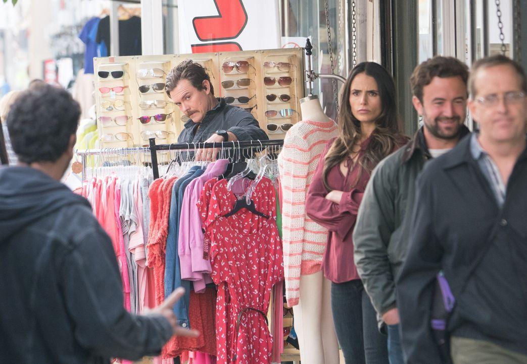 Dr. Cahill (Jordana Brewster, 2.v.l.) arrangiert mit dem Verdächtigen und Ex-Patienten Esparza ein Treffen in der Öffentlichkeit, doch als er Murtau... - Bildquelle: Warner Brothers