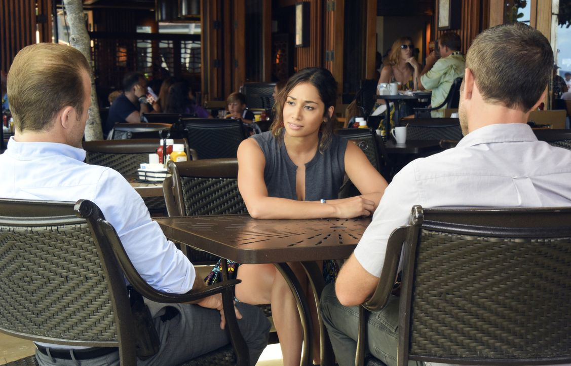 Nachdem Steve (Alex O'Loughlin, l.) und seinem Team der Pyromane Duclair immer wieder entwischt, bitten sie Tani Rey (Meaghan Rath, M.) um Hilfe - k... - Bildquelle: Norman Shapiro 2017 CBS Broadcasting Inc. All Rights Reserved. / Norman Shapiro