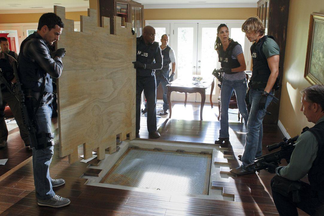 Ein Einsatz, der es in sich hat: Kensi (Daniela Ruah, 3.v.r.) und Deeks (Eric Christian Olsen, 2.v.r.) ... - Bildquelle: CBS Studios Inc. All Rights Reserved.