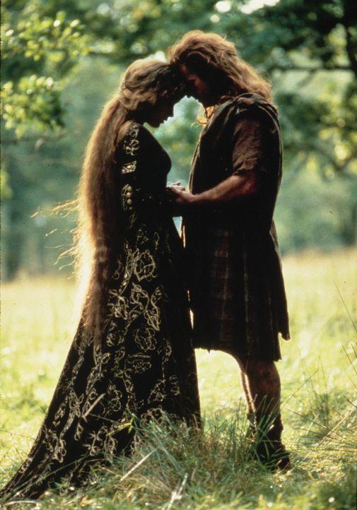 Eine zärtliche Romanze: Prinzessin Isabelle (Sophie Marceau, l.) und William Wallace (Mel Gibson, r.) ... - Bildquelle: Paramount Pictures