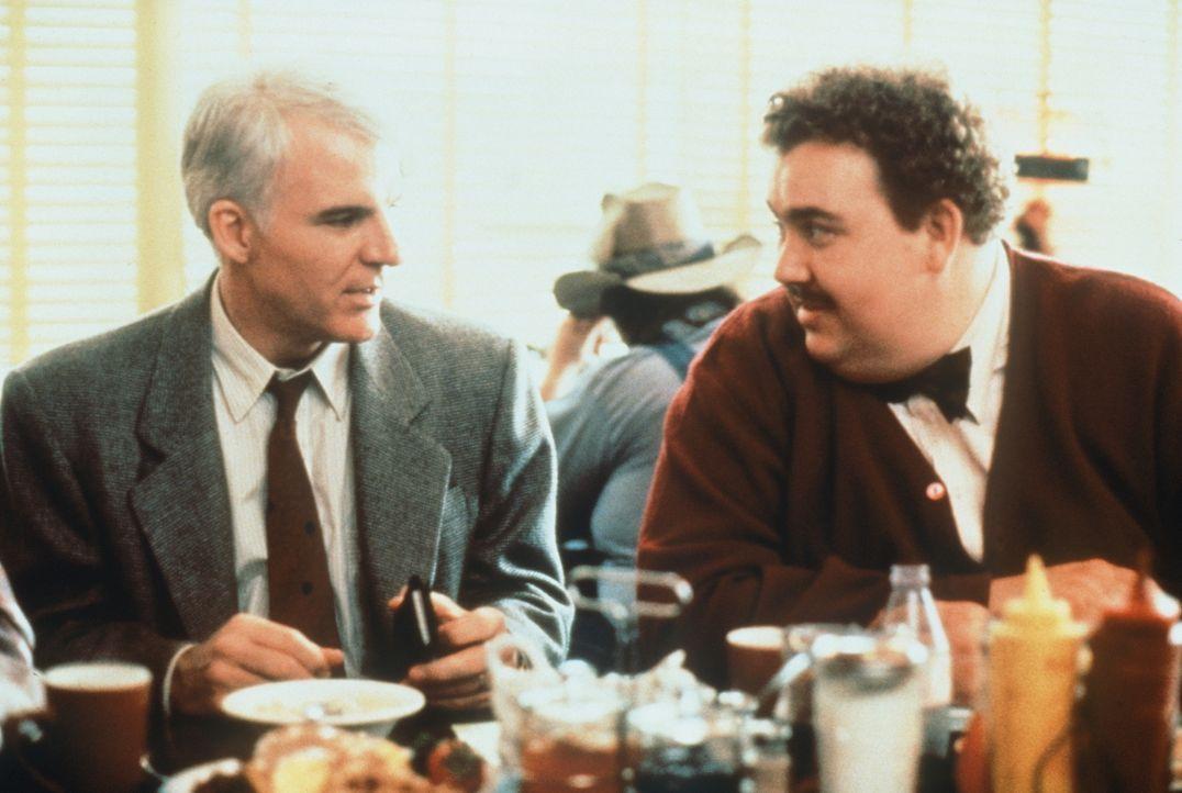 Der gestresste Manager Neal Page (Steve Martin, l.) ist von seinem Reisegefährten, dem gutmütigen Vertreter Del Griffith (John Candy, r.) alles ande... - Bildquelle: Paramount Pictures