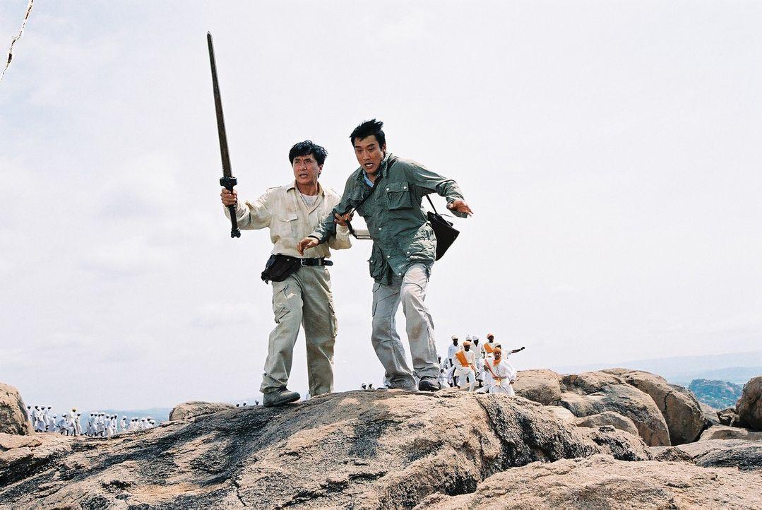 Nicht nur in der Vergangenheit, nein, auch in der Gegenwart muss sich der Archäologe Dr. Jack Chan (Jackie Chan, l.) mit Geistern aus 2000 zurückl... - Bildquelle: Splendid