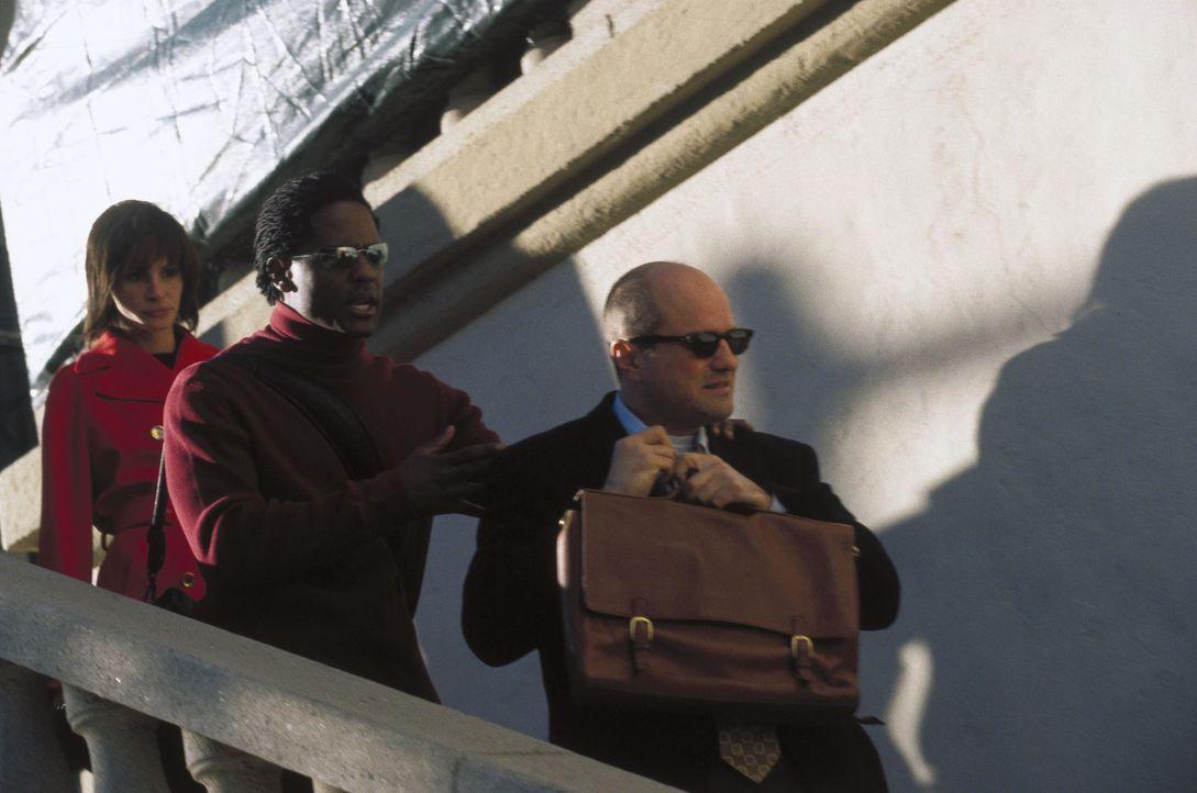 Theaterregisseur Arty (Enrico Colantoni, r.) vereinbart ein Blind Date, währenddessen verliebt sich die skeptische Journalistin Francesca (Julia Ro... - Bildquelle: Miramax