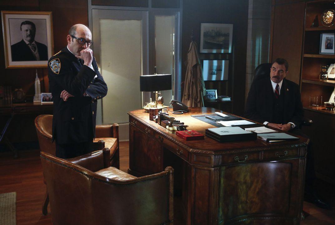 Frank (Tom Selleck, r.) und Dino (John Ventimiglia, l.) werden mit dem Selbstmord einer Informantin der Staatsanwaltschaft konfrontiert. Die Aufdeck... - Bildquelle: 2013 CBS Broadcasting Inc. All Rights Reserved.