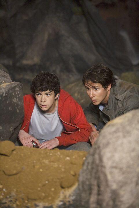 Als die beiden Brüder Nick (Kelly Blatz, r.) und Tyler (Joey Pollari, l.) ein abgestürztes Ufo bergen, erfahren sie von einer Alien-Invasion, die... - Bildquelle: Disney