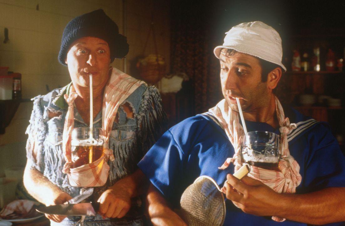 Eine geniale Erfindung: So können Tommie (Tom Gerhardt, l.) und Mario (Hilmi Sözer, r.) sogar bei der Küchenarbeit ihren Alkoholpegel konstant ha... - Bildquelle: Constantin Film