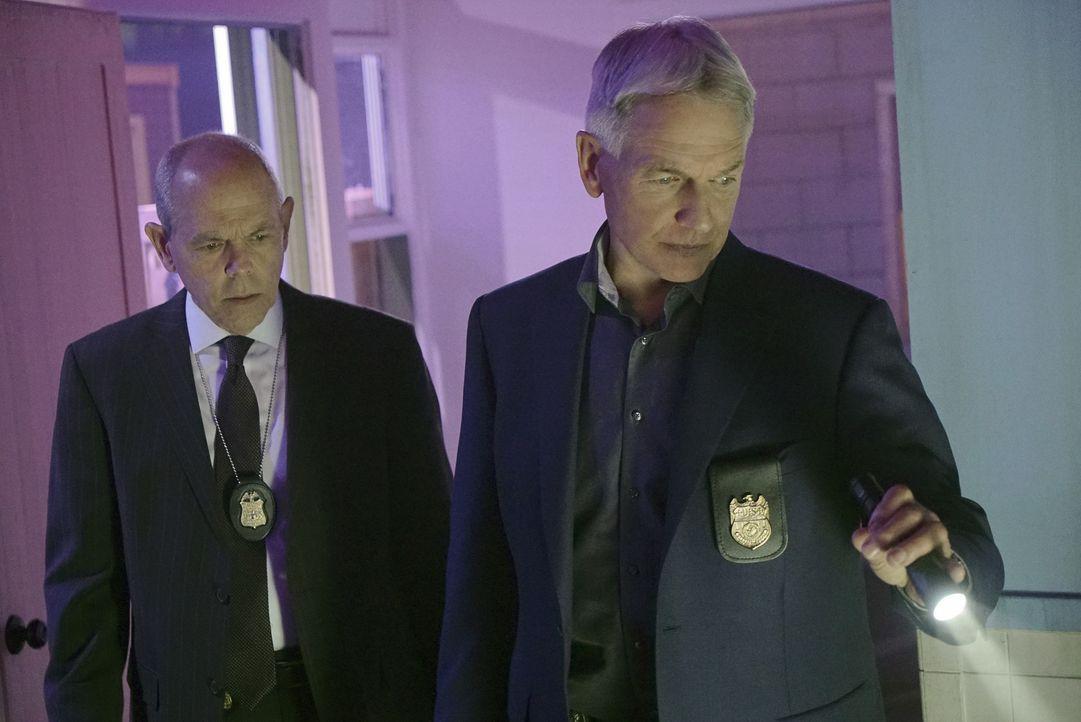 Gibbs (Mark Harmon, r.) und FBI-Agent Tobias Fornell (Joe Spano, l.) müssen zusammenarbeiten, als zwei britische Gefangene ausgebrochen sind und mit... - Bildquelle: Bill Inoshita 2016 CBS Broadcasting, Inc. All Rights Reserved / Bill Inoshita