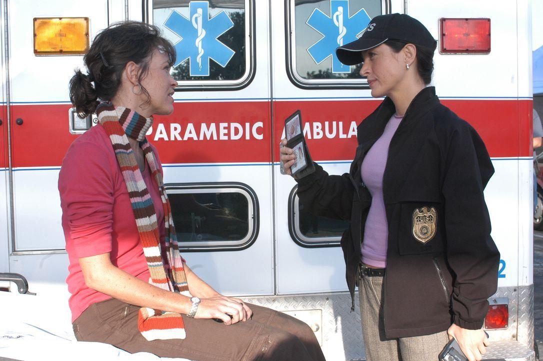 Kaum von einem Einsatz in Afghanistan zurückgekehrt, explodiert Micki Shields' (Mary Page Keller, l.) Auto auf einem Supermarktparkplatz. Kate (Sash... - Bildquelle: CBS Television