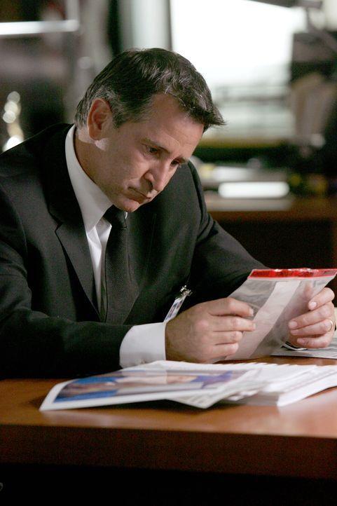 Als Jack (Anthony LaPaglia) in einem Fall erneut ermittelt, macht er sich Gedanken, ob er seinerzeit wichtige Hinweise übersehen hat ... - Bildquelle: Warner Bros. Entertainment Inc.