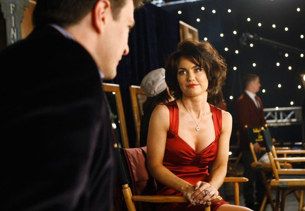 Die Schauspielerin Ellie Monroe (Kelly Carlson, r.) drückt Castle (Nathan Fillion, l.) gegenüber ihre Bewunderung für ihn aus. - Bildquelle: ABC Studios