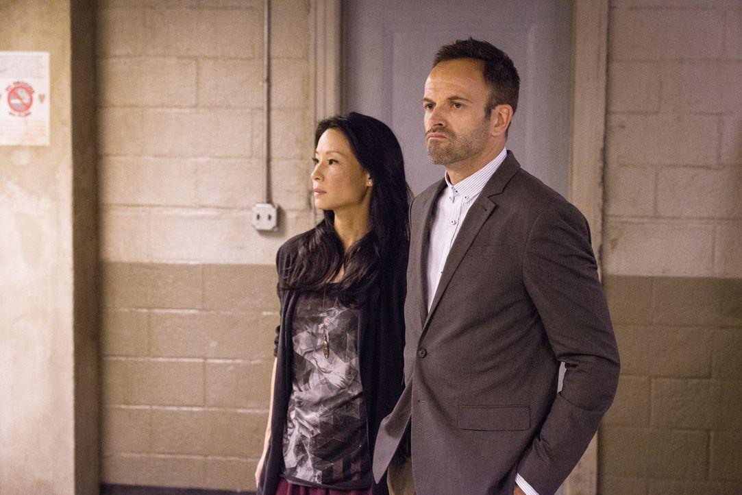 Bei den Ermittlungen in einem ganz besonderen Fall: Sherlock Holmes (Jonny Lee Miller, r.) und Joan Watson (Lucy Liu, l.) ... - Bildquelle: CBS Television