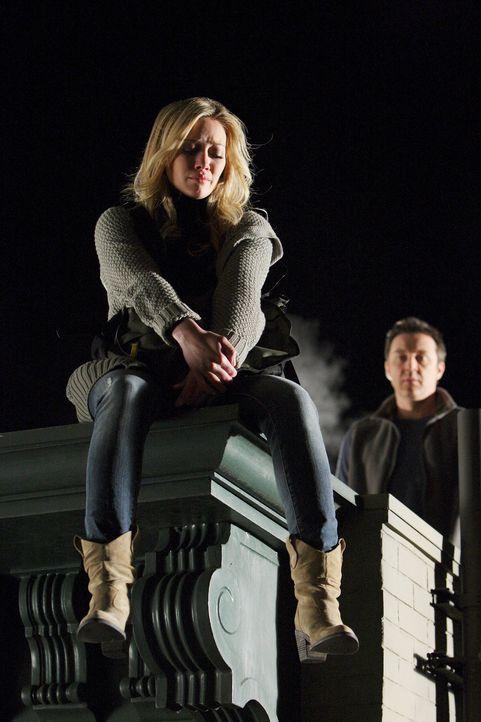Der Geist von Rick (Currie Graham, r.) hat mit Morgan (Hilary Duff, l.) noch eine Rechnung offen, bevor er endlich ins Licht gehen kann ... - Bildquelle: ABC Studios
