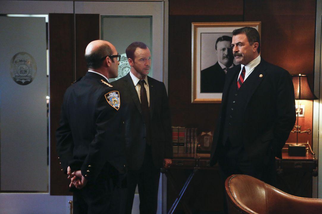 Als sich eine Informantin der Staatsanwaltschaft umbringt, gilt es für Dino (John Ventimiglia, l.) und Frank (Tom Selleck, r.), die Angelegenheit un... - Bildquelle: 2013 CBS Broadcasting Inc. All Rights Reserved.
