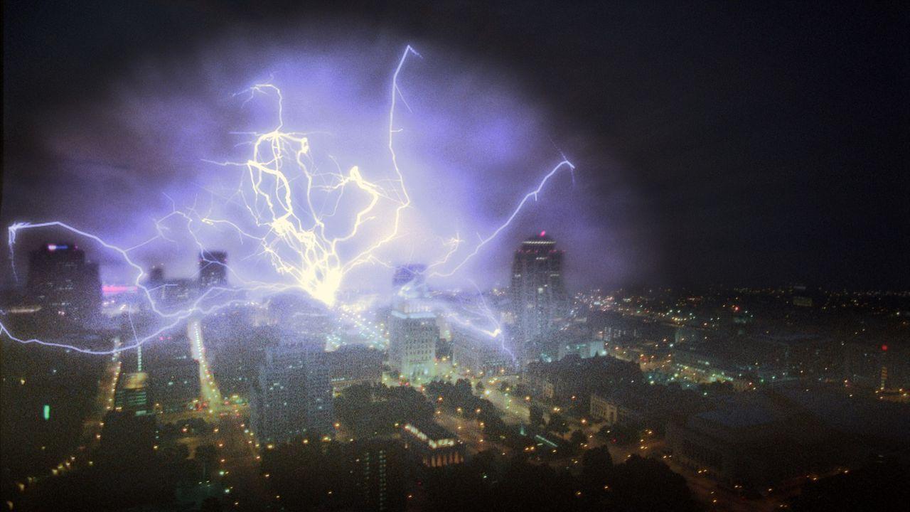 Als Folge eines aus dem Ruder gelaufenen Experimentes entstehen sowohl ein aggressiver elektronischer Sturm als auch ein Schwarzes Loch, das die kom... - Bildquelle: 2005 EQUITY PICTURES MEDIENFONDS GmbH & Co. KG III.  ALL RIGHTS RESERVED.