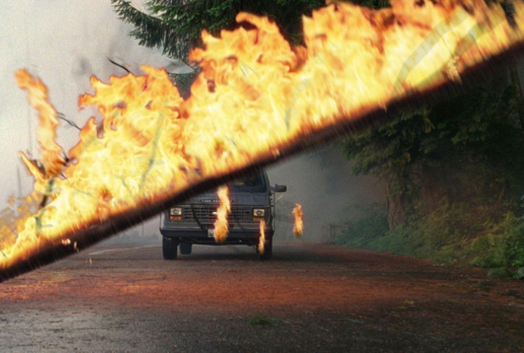 Um unbehelligt von der Polizei einen Geldtransporter ausräumen zu können, entfachen Jonas und sein Freund George einen Waldbrand. Doch das Feuer g... - Bildquelle: New Concorde