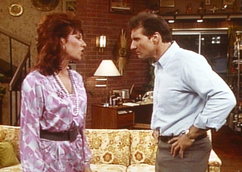 Al (Ed O'Neill, r.) wollte den Abend im Basketballstadion verbringen, aber seine Frau Peggy (Katey Sagal, l.) zwingt ihn, zu Hause zu bleiben. - Bildquelle: Columbia Pictures