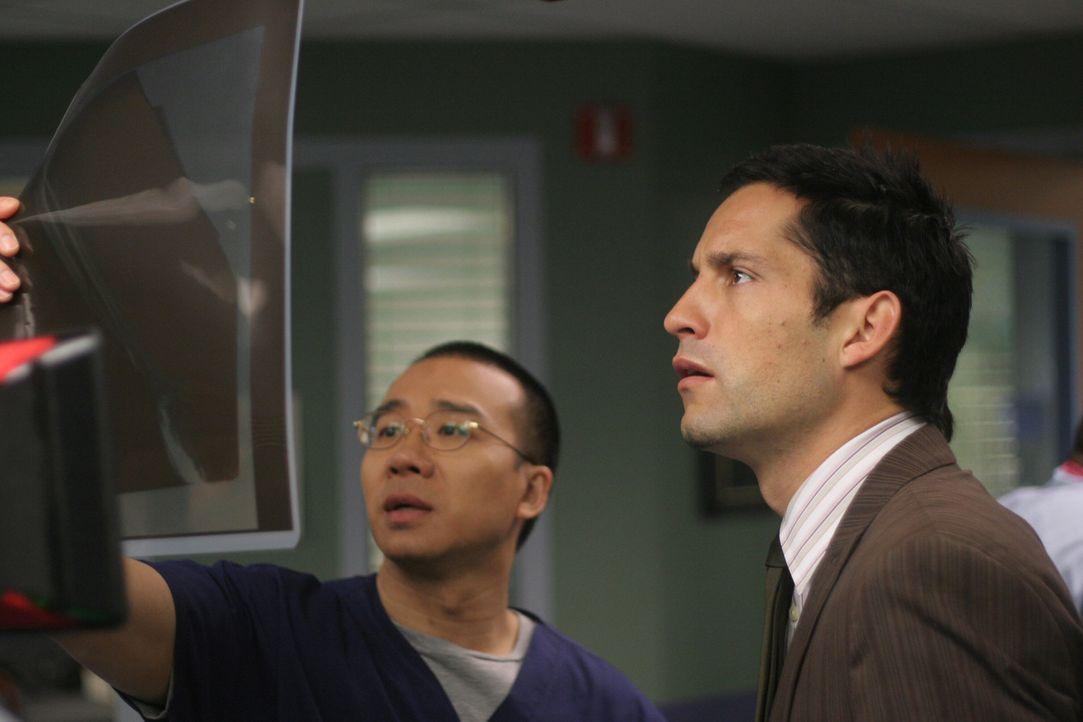 Dr. Ehling (Jamison Yang, l.) erklärt Danny Taylor (Enrique Murciano, r.) die Besonderheiten, die er auf dem Röntgenbild feststellen konnte ... - Bildquelle: Warner Bros. Entertainment Inc.