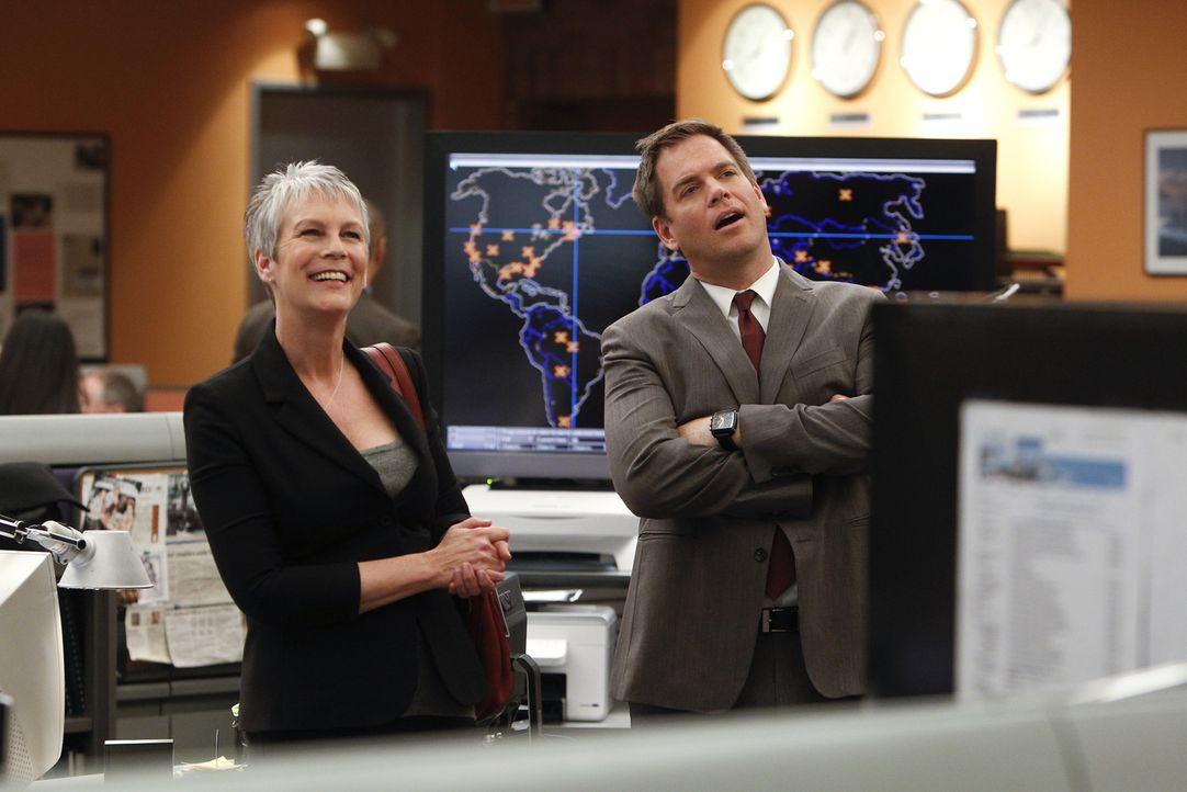 Bei den Ermittlungen in einem Fall stößt das Team um DiNozzo (Michael Weatherly, r.) auf Dr. Samantha Ryan (Jamie Lee Curtis, l.). Doch hat die etwa... - Bildquelle: 2012 CBS Broadcasting Inc. All Rights Reserved.