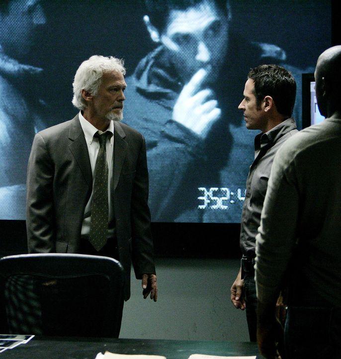 Nach und nach kann Don Eppes (Rob Morrow, r.) einen neuen Fall aufklären und schlägt dabei zwei Fliegen mit einer Klappe. Er zerschlägt die AP-47... - Bildquelle: Paramount Network Television