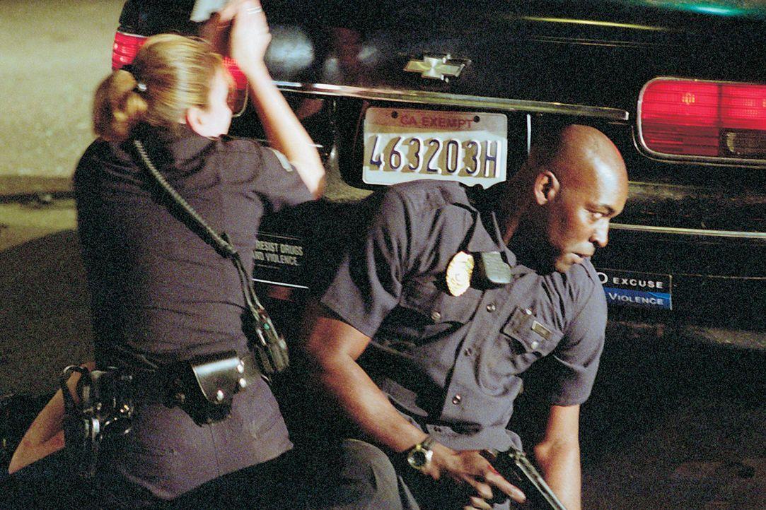 Officer Danny Sofer (Catherine Dent, l.) und Officer Julian Lowe (Michael Jace, r.) werden in einen Hinterhalt gelockt ... - Bildquelle: 2003 Sony Pictures Television International
