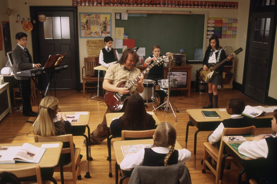 Als Deweys (Jack Black, vorne M.) klar wird, dass alle seine Schüler ein Instrument spielen, beschließt er, wenn schon nicht in Mathe, dann (v.l.n... - Bildquelle: Paramount Pictures