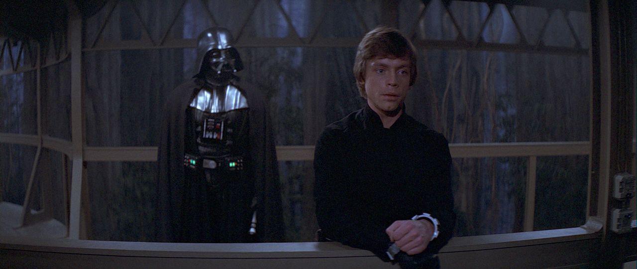 Luke Skywalker (Mark Hamill, r.) und sein Vater Darth Vader (David Prowse, l.) müssen sich der höchsten Instanz stellen ... - Bildquelle: TM & © 2015 Lucasfilm Ltd. All rights reserved.