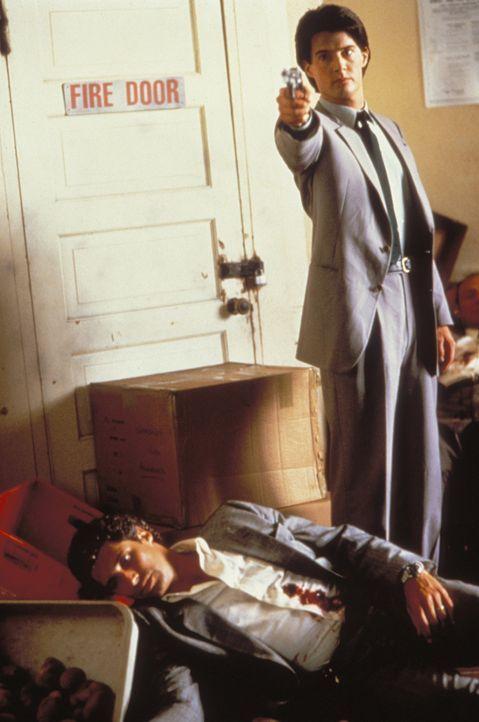 Zwischen dem bösartigen Alien und den beiden mutigen Agenten Tom Beck (Michael Nouri, l.) und Lloyd Gallagher (Kyle MacLachlan, r.) entbrennt ein K... - Bildquelle: Warner Brothers