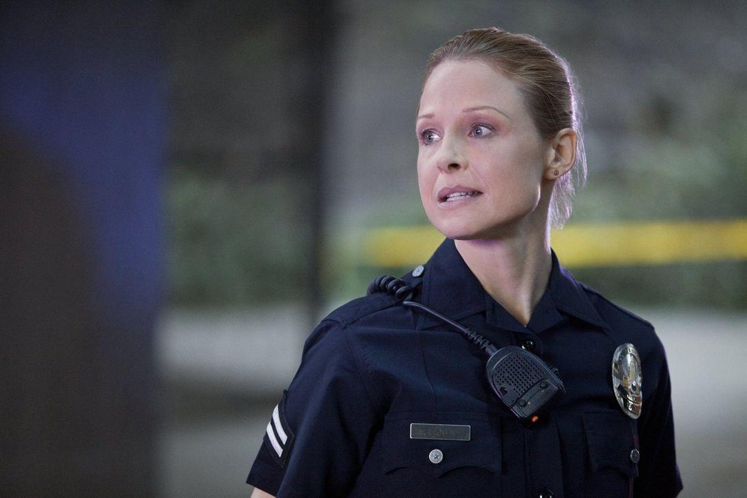 Zusammen mit ihren Kollegen sorgt Officer Chickie Brown (Arija Bareikis) für Recht und Ordnung ... - Bildquelle: Warner Brothers