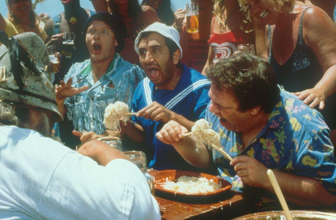 Beim Sauerkrautwettessen fühlen sich die Tommie (Tom Gerhardt, l.) und Mario Hilmi Sözer, M.) recht gut ... - Bildquelle: Constantin Film