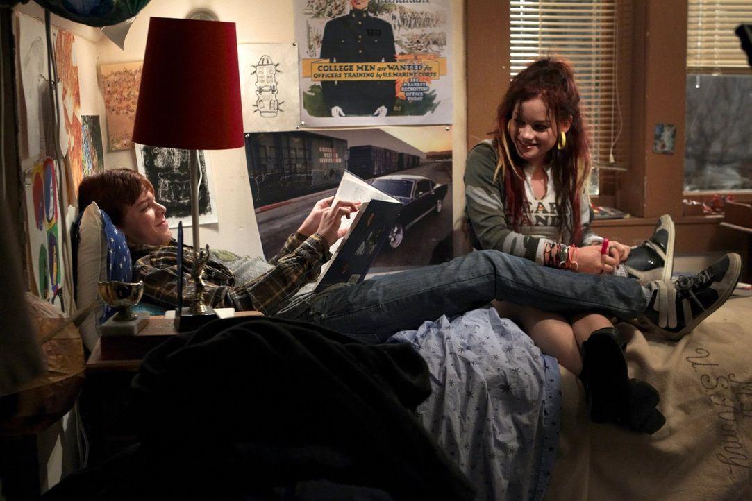 Die promiskuitive Mandy (Jane Levy, r.) kann nicht glauben, was sie hört: Ian (Cameron Monaghan, l.) will nicht mit ihr schlafen ... - Bildquelle: 2010 Warner Brothers