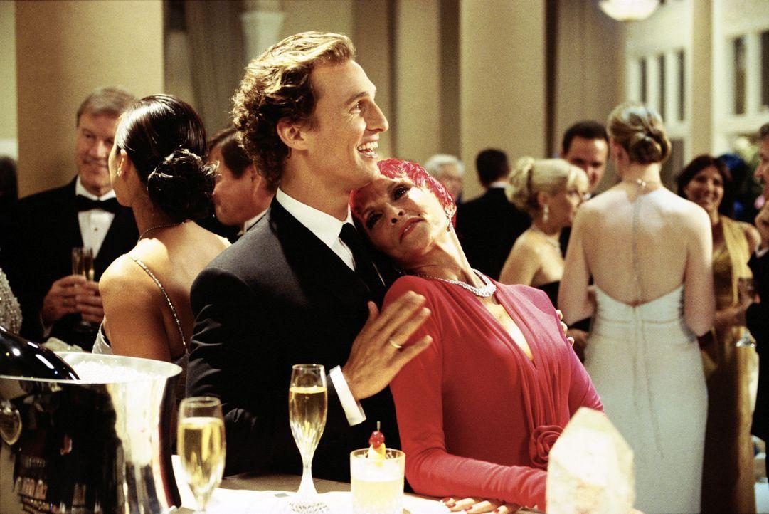 Mrs. DeLauer (Liliane Montevecchi, r.) kann sich nur schwer Bens (McConaughey, l.) Charme entziehen. Da lässt sich der charmante Werbefachmann auf... - Bildquelle: Paramount Pictures
