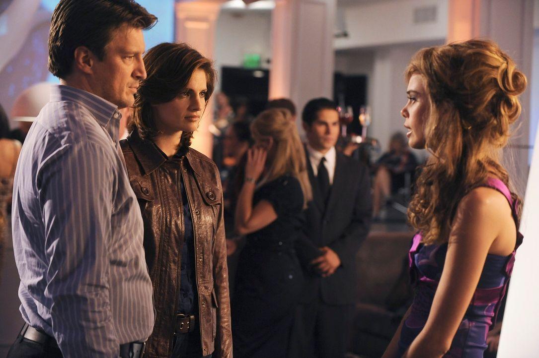 Das Model Rina (Shanna Collins, r.) hat ein paar interessante Informationen für Kate Beckett (Stana Katic, M.) und Richard Castle (Nathan Fillion, l... - Bildquelle: ABC Studios