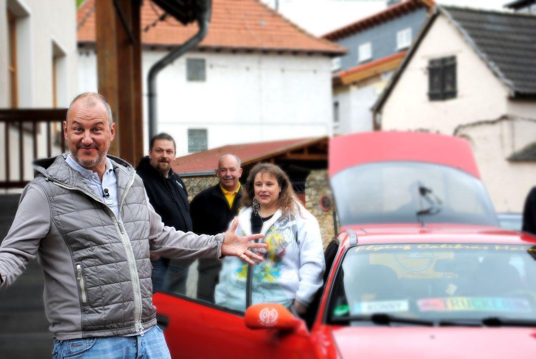 """Sternekoch Frank Rosin (l.) will heute den Gasthof """"Zur guten Laune"""" vor dem Ruin retten ... - Bildquelle: kabel eins"""