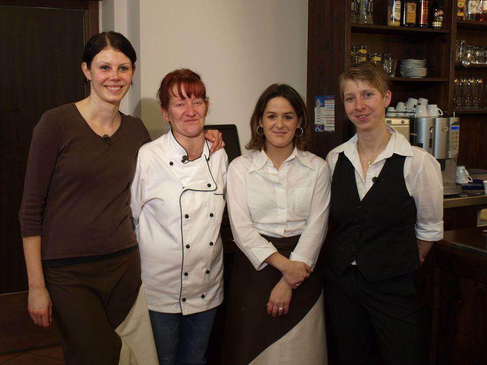 """Hat das Traditionsrestaurant """"Hirsch"""" noch eine Chance, der Pleite zu entgehen? Sternekoch Frank Rosin eilt Chefin Nicole Bibrach (r.) und ihrem Tea... - Bildquelle: kabel eins"""