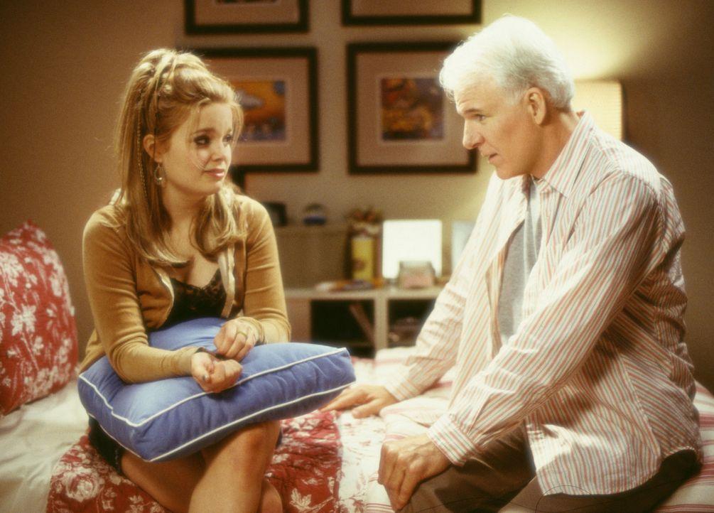 Seit der Trennung von seiner Frau sieht Peter (Steve Martin, r.) seine Tochter Sarah (Kimberly J. Brown, l.) nur noch selten ... - Bildquelle: Touchstone Pictures