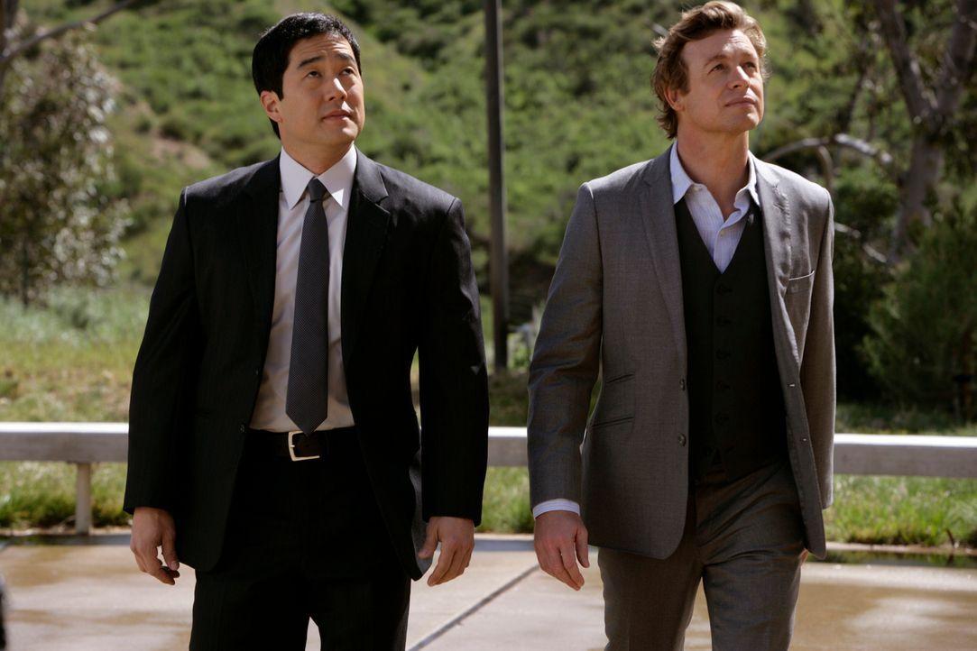 Ermitteln in einem neuen Fall: Patrick (Simon Baker, r.) und Kimball (Tim Kang, l.) ... - Bildquelle: Warner Brothers Entertainment Inc.