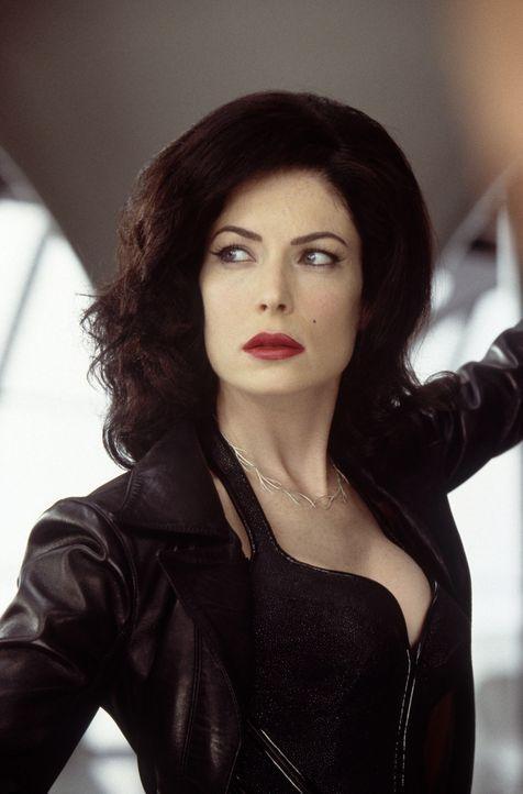 Das außerirdische Schlangenmonster Serleena (Lara Flynn Boyle) tarnt sich mit den Kurven eines Dessous-Modells  ... - Bildquelle: 2003 Sony Pictures Television International
