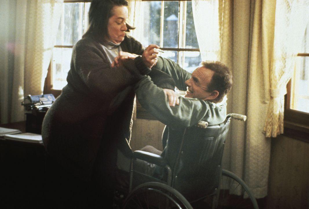 Annie (Kathy Bates, l.) will den Schriftsteller Paul Sheldon (James Caan, r.) dazu zwingen, die Romanfigur Misery wieder zum Leben zu erwecken - wen... - Bildquelle: Castle Rock Entertainment