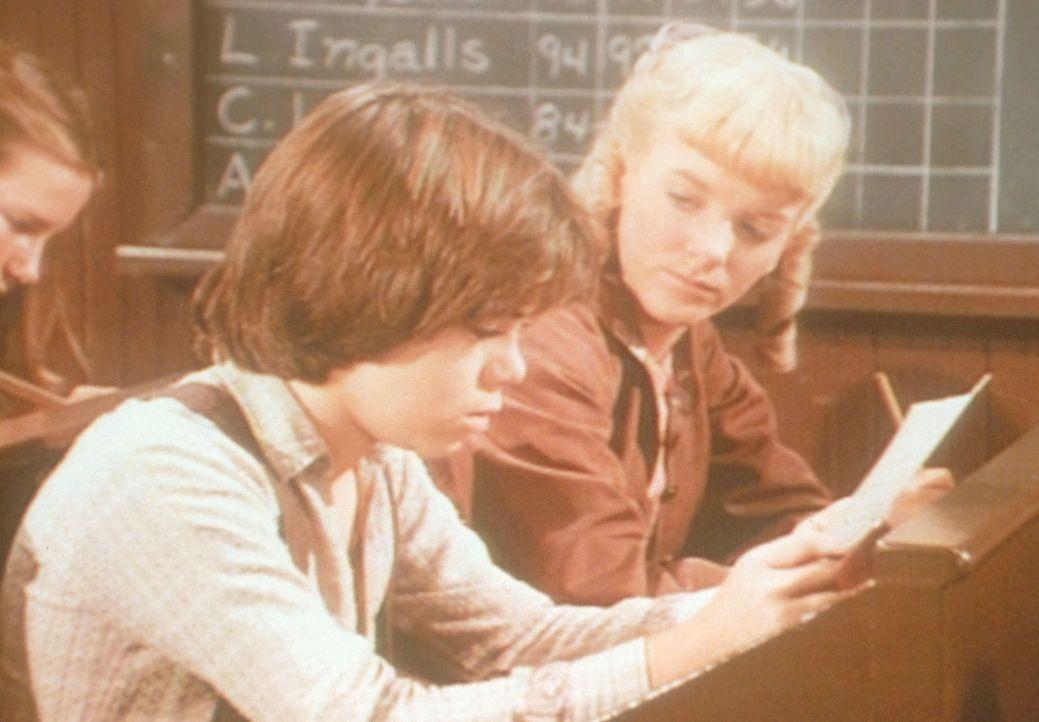 Nellie Oleson (Alison Arngrim, r.) zeigt Andy Garvey (Patrick Laborteaux, l.) einen Weg, um an gute Noten zu kommen ... - Bildquelle: Worldvision