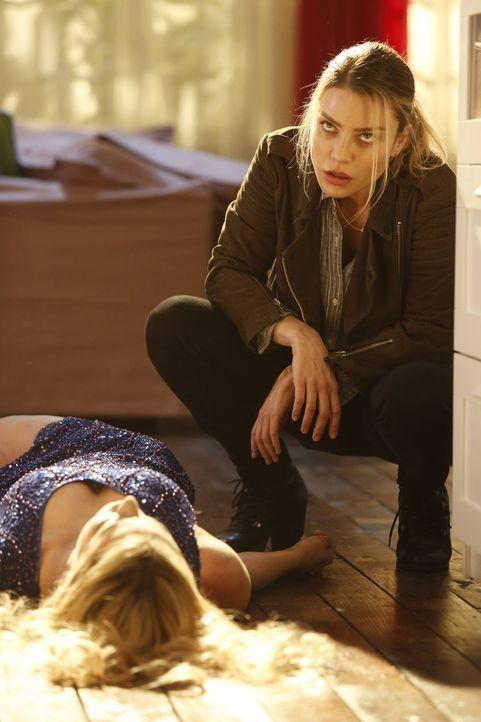Als zwei Leichen gefunden werden, müssen Chloe (Lauren German) und ihre Kollegen ermitteln und machen eine erschreckende Entdeckung ... - Bildquelle: 2016 Warner Brothers