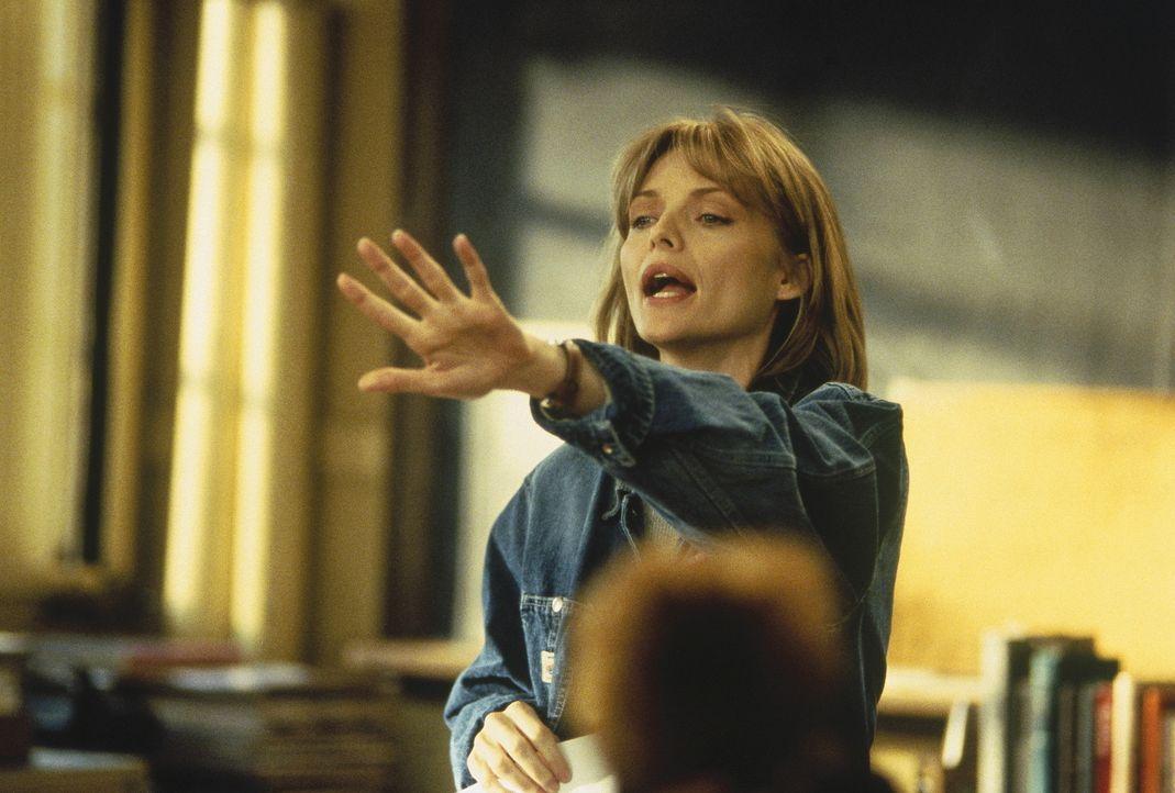 Tag für Tag steht LouAnne Johnson (Michelle Pfeiffer) einer Gruppe frustrierter, gewaltbereiter Teenager gegenüber, für die Drogen und Schlägere... - Bildquelle: Hollywood Pictures