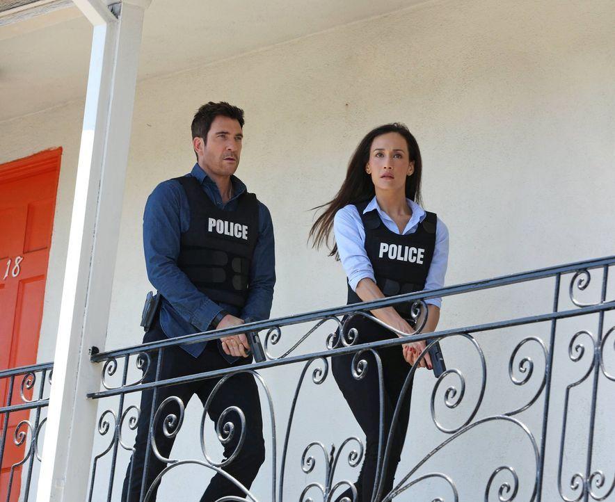Als eine Braut während ihrer Hochzeit von einem Scharfschützen erschossen wurde, machen sich Beth (Maggie Q, r.) und Jack (Dylan McDermott, l.) auf... - Bildquelle: Warner Bros. Entertainment, Inc.