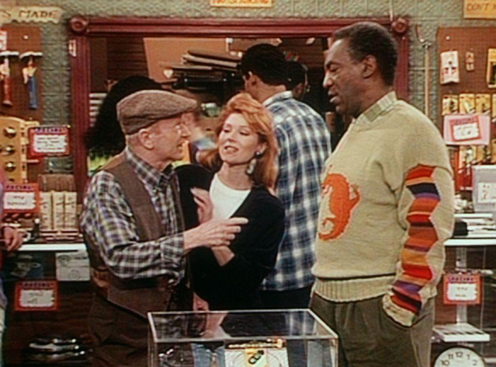 Jake (Red Buttons, l.) erzählt Cliff (Bill Cosby, r.) von einem Autounfall, den er vor zehn Jahren mit Stanley hatte. Jakes Tochter Cookie (Audrey... - Bildquelle: Viacom